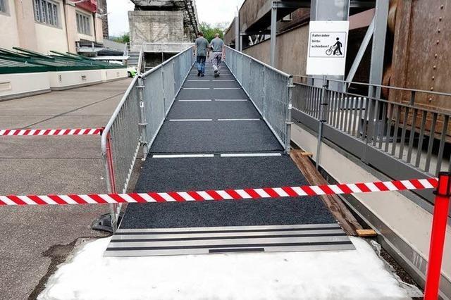 Provisorische Rampe hilft Radlern über den Rhein