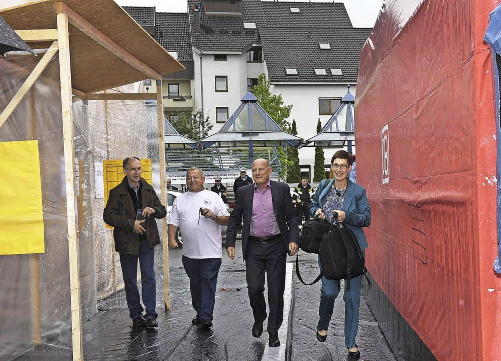 Da musste er durch: Minister Hermann u...z vor dem Bürgerhaus aufgebaut hatten.  | Foto: Volker M?nch