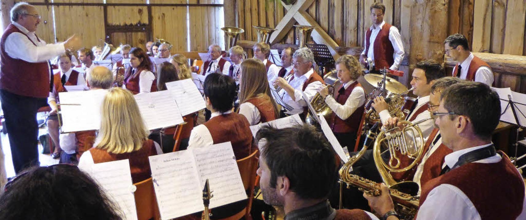 Beste Unterhaltung in der wettergeschützten Scheune: das Bergfest in St. Ulrich   | Foto: Anne Freyer