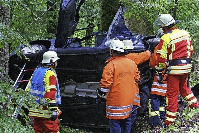 Auto stürzt bei Niederwihl Böschung hinab – Junger Mann stirbt