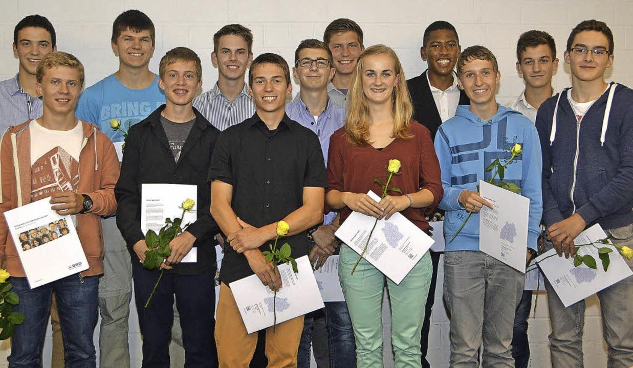 Die erfolgreichen Absolventen der Schü...inks) oder an der Werkbank (rechts).      Foto: Helena Kiefer/Privat