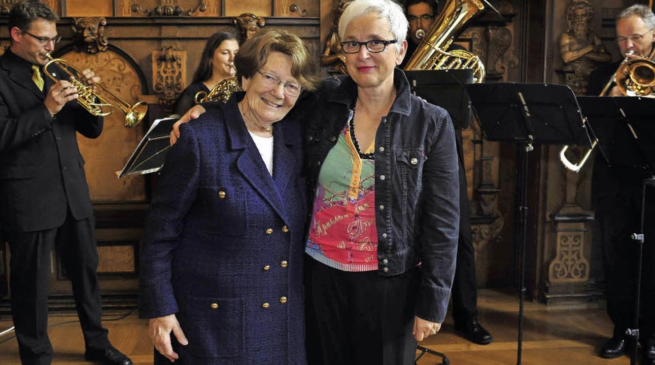 Überwältigt war Ellen Breckwoldt (link... ein Auftritt ihres Theaterorchesters.  | Foto: T. Kunz