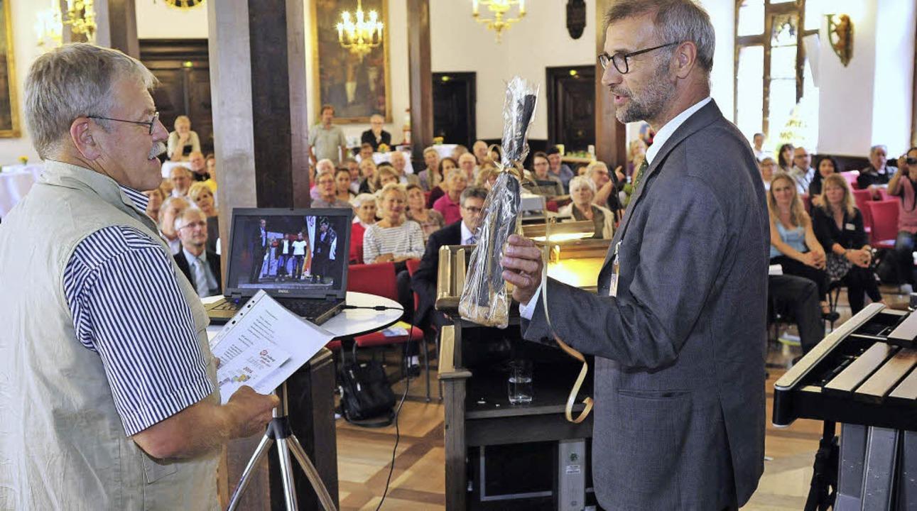 Rathaussekt für Ulrich Armbruster (links) als Dankeschön.  | Foto: T.Kunz