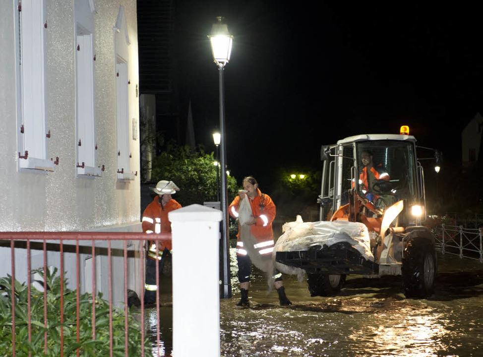 Feuerwehrmänner holen am  in Appenweie...tenau für überflutete Kellger gesorgt.  | Foto: dpa