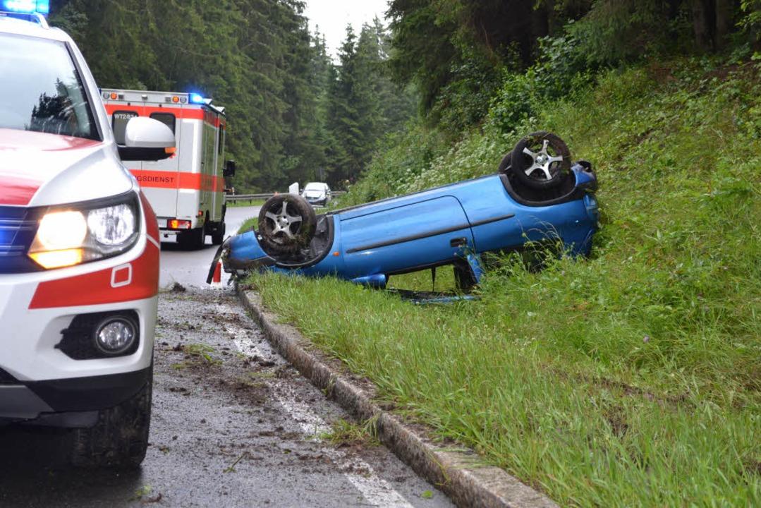 Der Fahrer des Autos wurde nur leicht verletzt.  | Foto: Kamera24