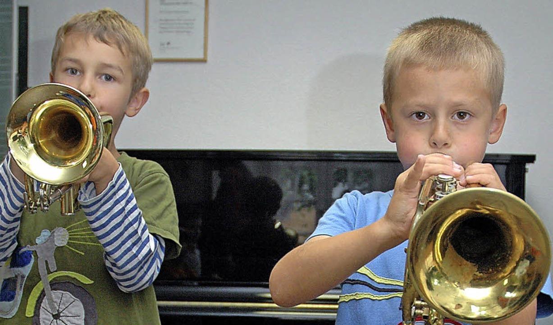 Beim Sommerfest der Musikschule können...verschiedene Instrumente ausprobieren.  | Foto: Regine Ounas-Kräusel