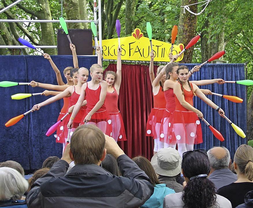 Junge Akrobaten zeigten am Stadtsee  ihre Künste.   | Foto: Hans Jürgen Kugler