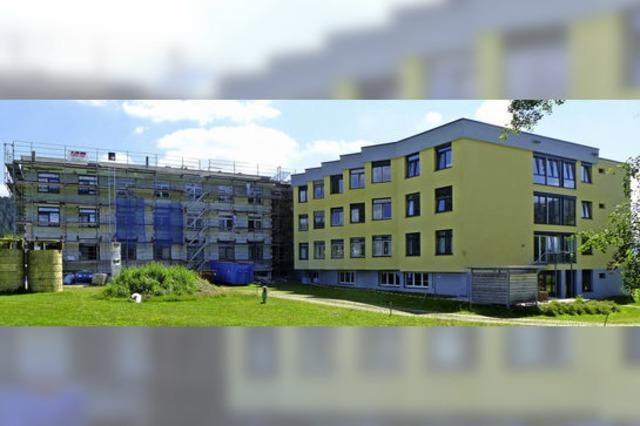 Fassade der Helios-Klinik wird gelb