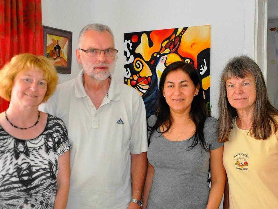 Das Ehepaar Immen-Martinez mit der ste...d Kassiererin Stefanie Becker (links).  | Foto: Rainer Ruther