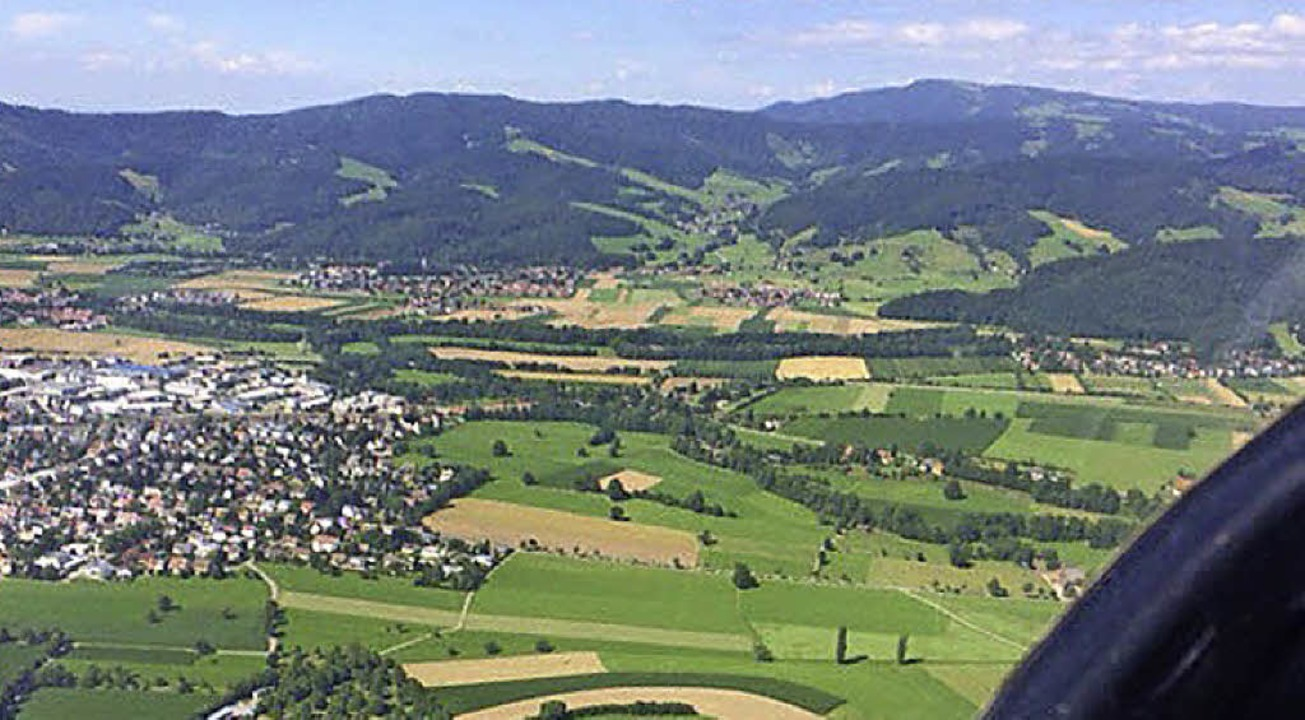 Blick aus dem Flieger auf Kirchzarten.   | Foto: Lara Walter