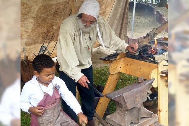 Kinder machen Ausflug ins Mittelalter