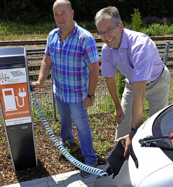 Thorald Hoffmeyer (links) und Andreas Graf tanken einen Elektroflitzer.   | Foto: Peter Stellmach