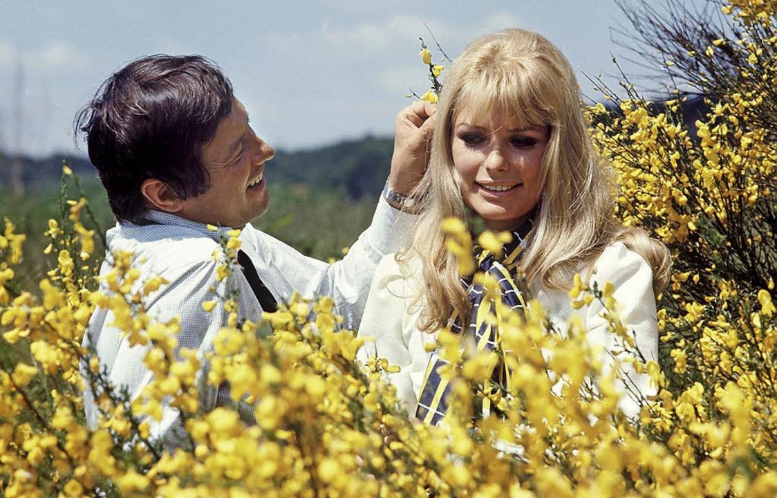 Öffentlich verliebt: Dietmar Schönherr...iten im Sommer 1969 in Niedersachsen.   | Foto: dpa