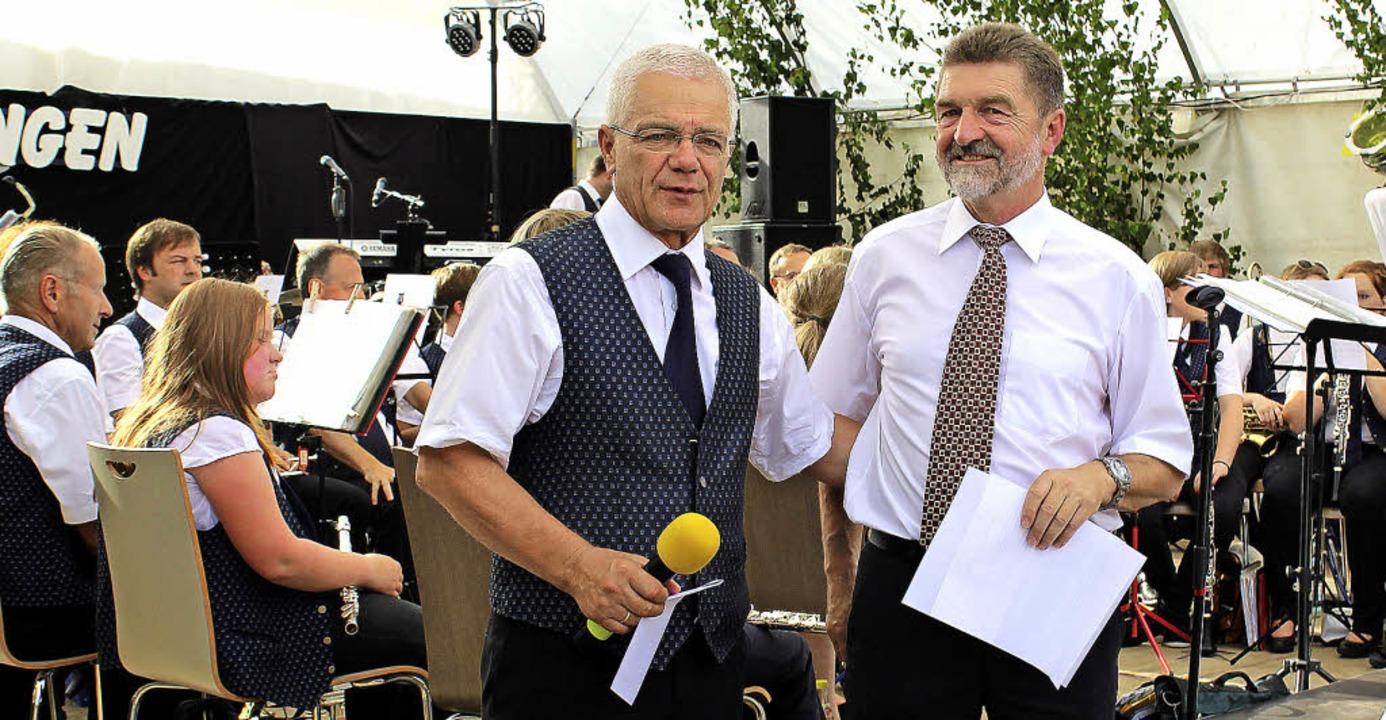 Ortsvorsteher Hubert Herr (rechts) lobte Vereinschef Franz Fortwängler.     Foto: Martin Hirschbolz
