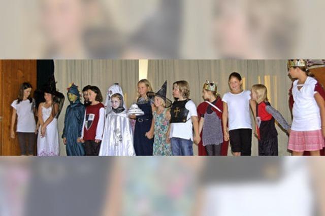 17 Schüler spielen die Geschichte von Ritter Rost