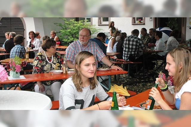 Evangelische Gemeinde in Altweil feiert trotz Regens im Domhof