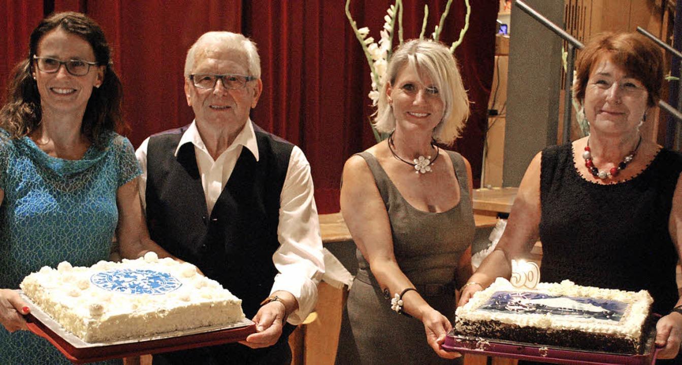 Jubiläumstorten: Vorsitzende Beate Kol... und Hildegard Vierthaler (von links).  | Foto: Thomas Loisl Mink