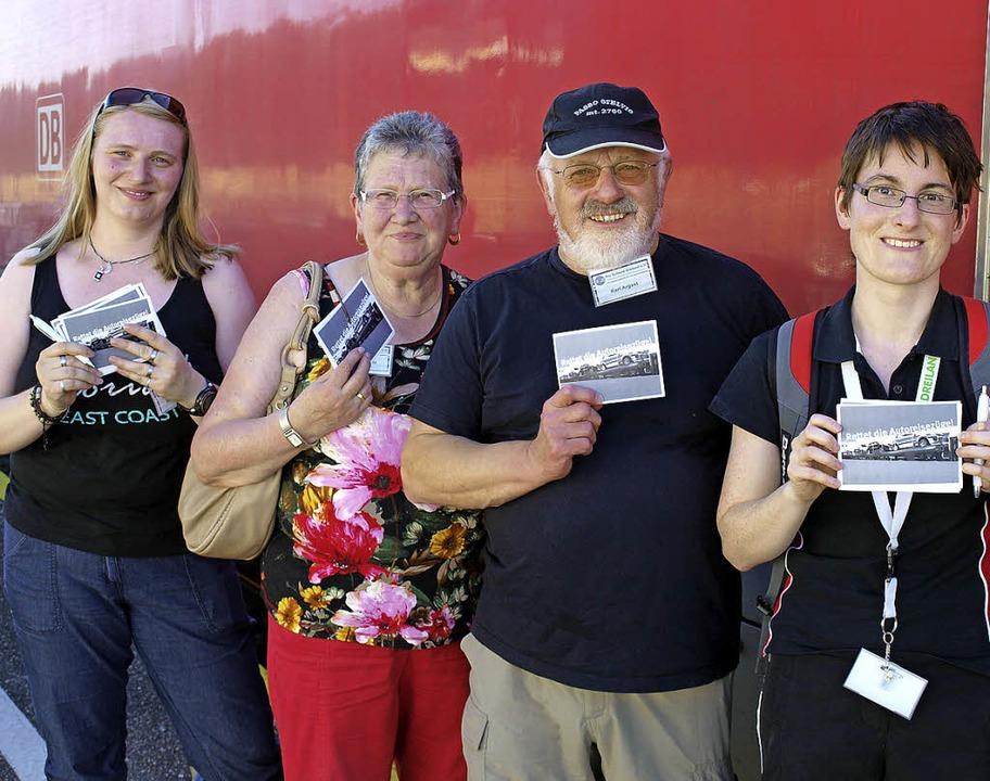 Silvia Wagner, Brigitte Spitz, Karl Ar... an die Autoreisezug-Nutzer verteilten  | Foto: Paul Schleer