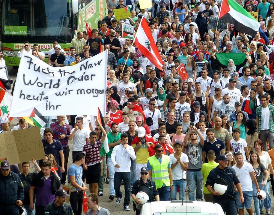 Friedlich demonstrierten am Samstag in...gegen Israels Politik gegenüber  Gaza.  | Foto: Julia littmann