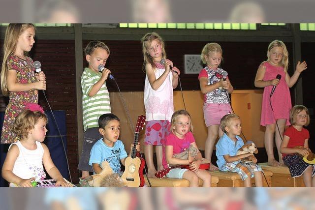 120 Schüler und Kinder singen gemeinsam