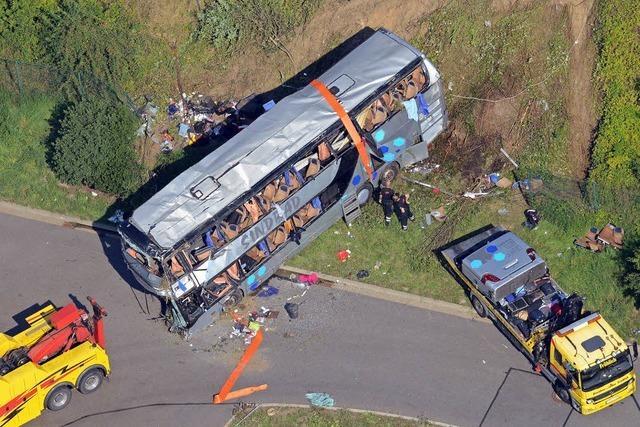 Zehn Menschen sterben bei Busunfall auf der A4