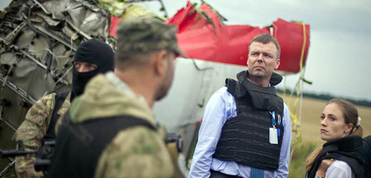 Stehen sich fast wie Feinde gegenüber:... Beobachter der OSZE in der Ostukraine  | Foto: dpa