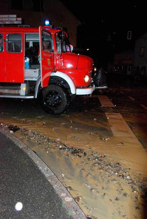 Wenn die Gullis das viele Wasser nicht...ach riefen die Feuerwehr auf dem Plan.  | Foto: Ralf Staub
