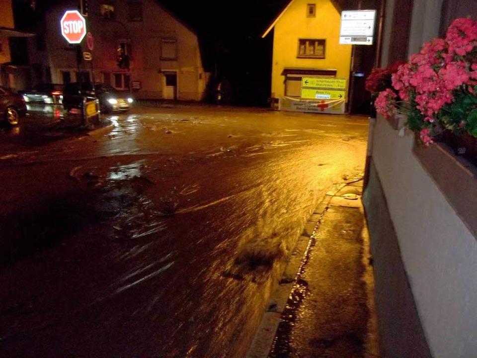 Die Kreuzung Klosterstraße und B34 in Grenzach-Wyhlen steht unter Wasser.  | Foto: zvg