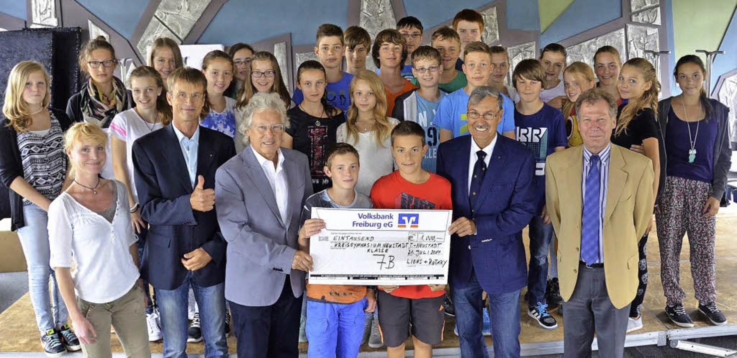 Die Gewinnerklasse 7b mit ihrer Lehrer...inks) freuen sich über das Preisgeld.   | Foto: Sebastian Wolfrum