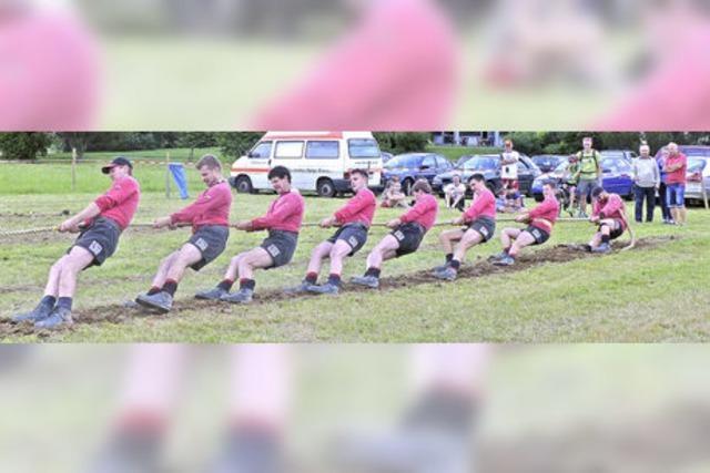 Acht Mann ziehen gemeinsam an einem Strang