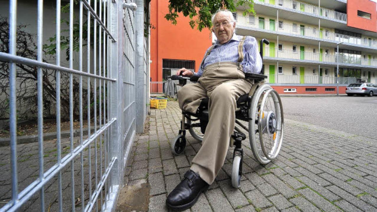 Für Christoph R. M. Halbe endet der Weg zum Nachbarhaus jetzt am Metalltor.  | Foto: Thomas Kunz