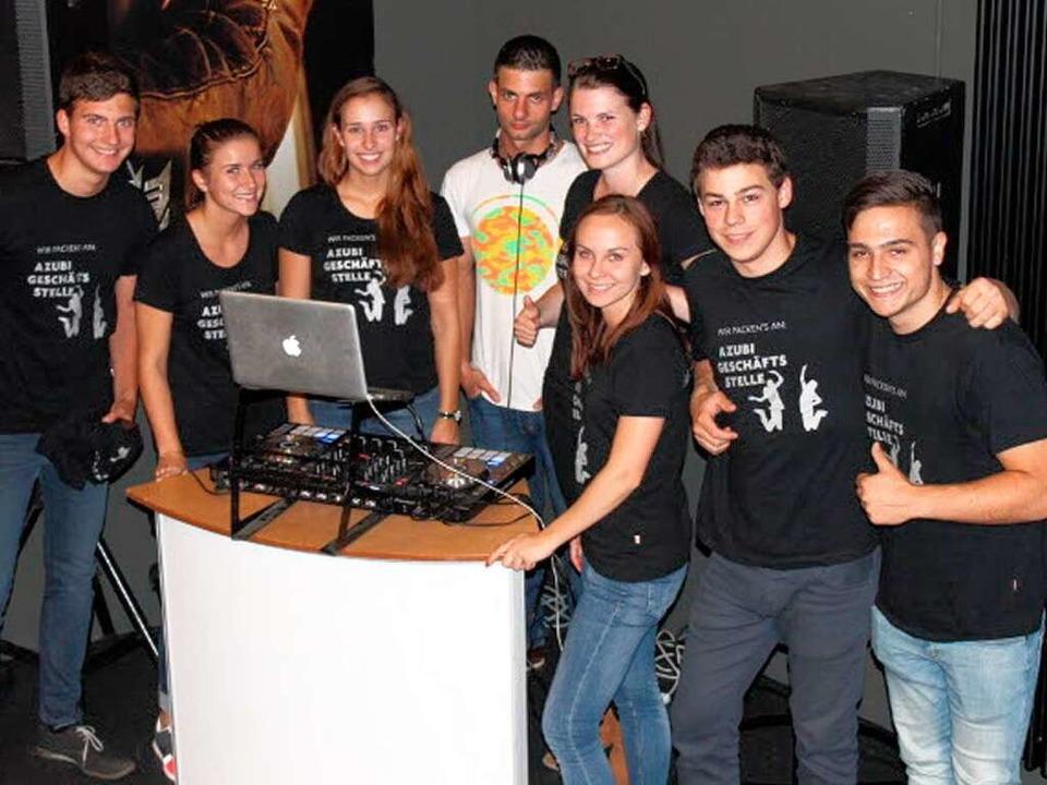 DJ Vincent Ahmadi und die Auszubildenden der Badischen Zeitung.   | Foto: Privat