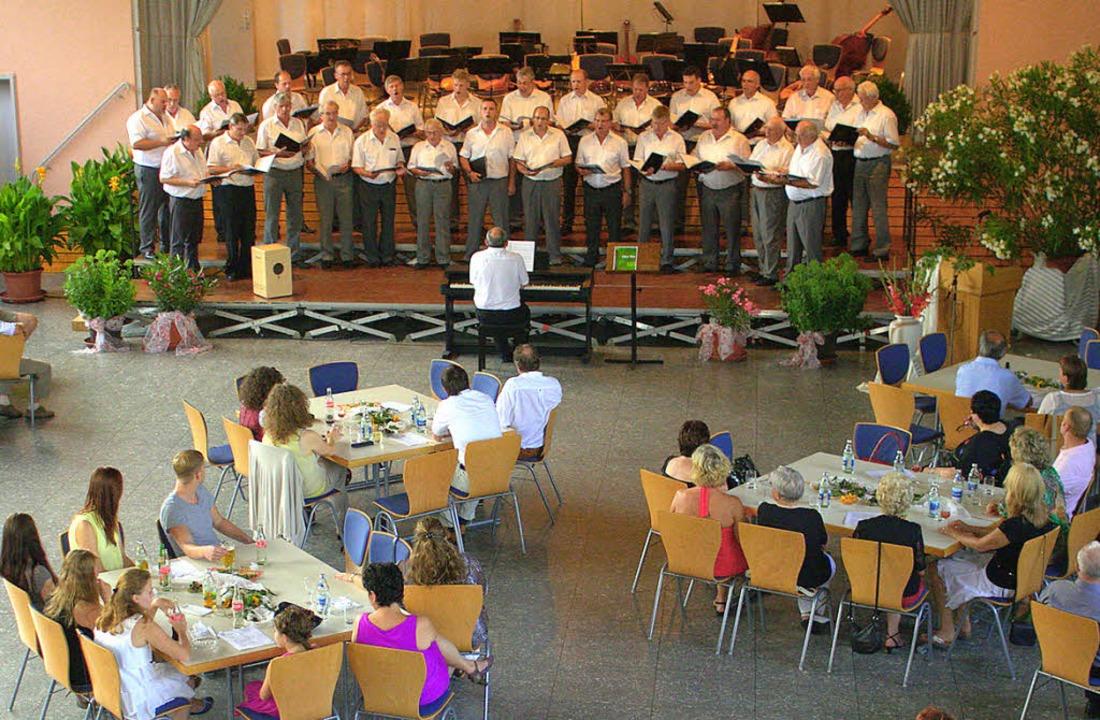 Die Sänger und ein aufmerksames Publikum   | Foto: Adrian Hofmann