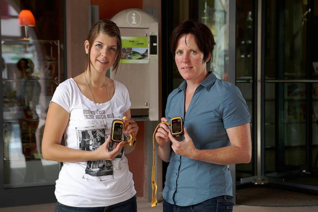 Präsentieren die  GPS-Geräte vor dem K... Schäfer (links) und Martina Mundinger  | Foto: Christoph Breithaupt, Christoph Breithaupt