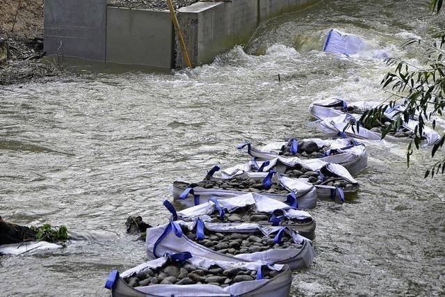 Hochwasser fordert Wehren