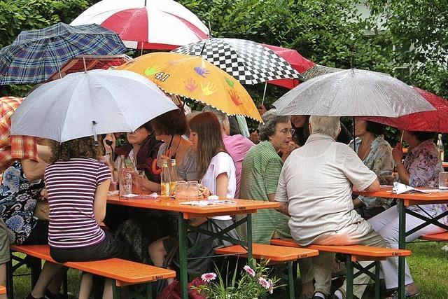 Pfarrgartenfest trotzt dem Regen – solange es geht