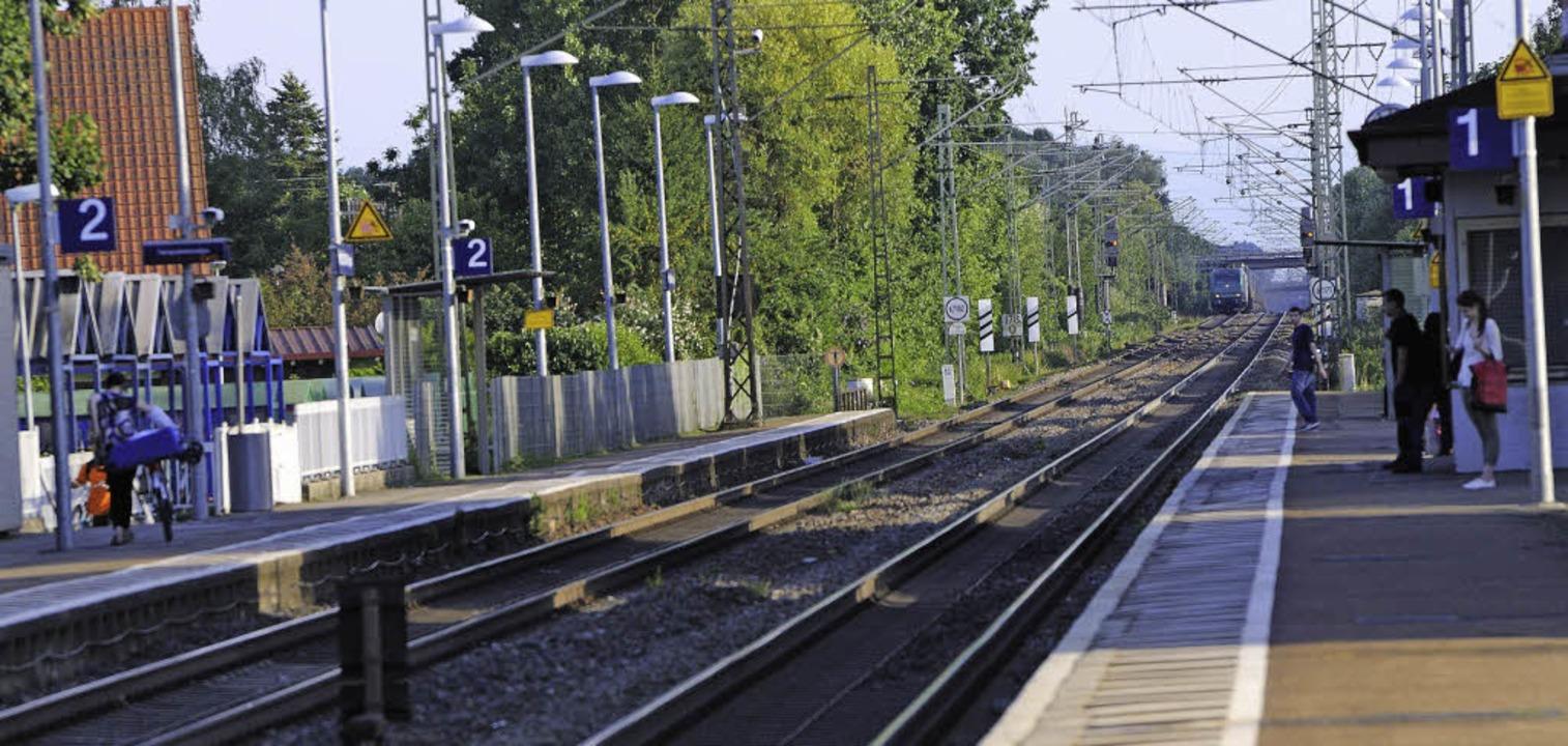 Östlich der Gleise (links) soll die 2,...Euro teure Schallschutzwand entstehen.  | Foto: Siegfried Gollrad