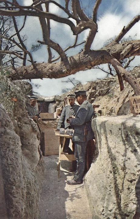 Kantine in einem deutschen Schützengra...Ersten Weltkrieg von Hans Hildenbrand   | Foto: TASCHEN (LVR Landesmuseum Bonn)