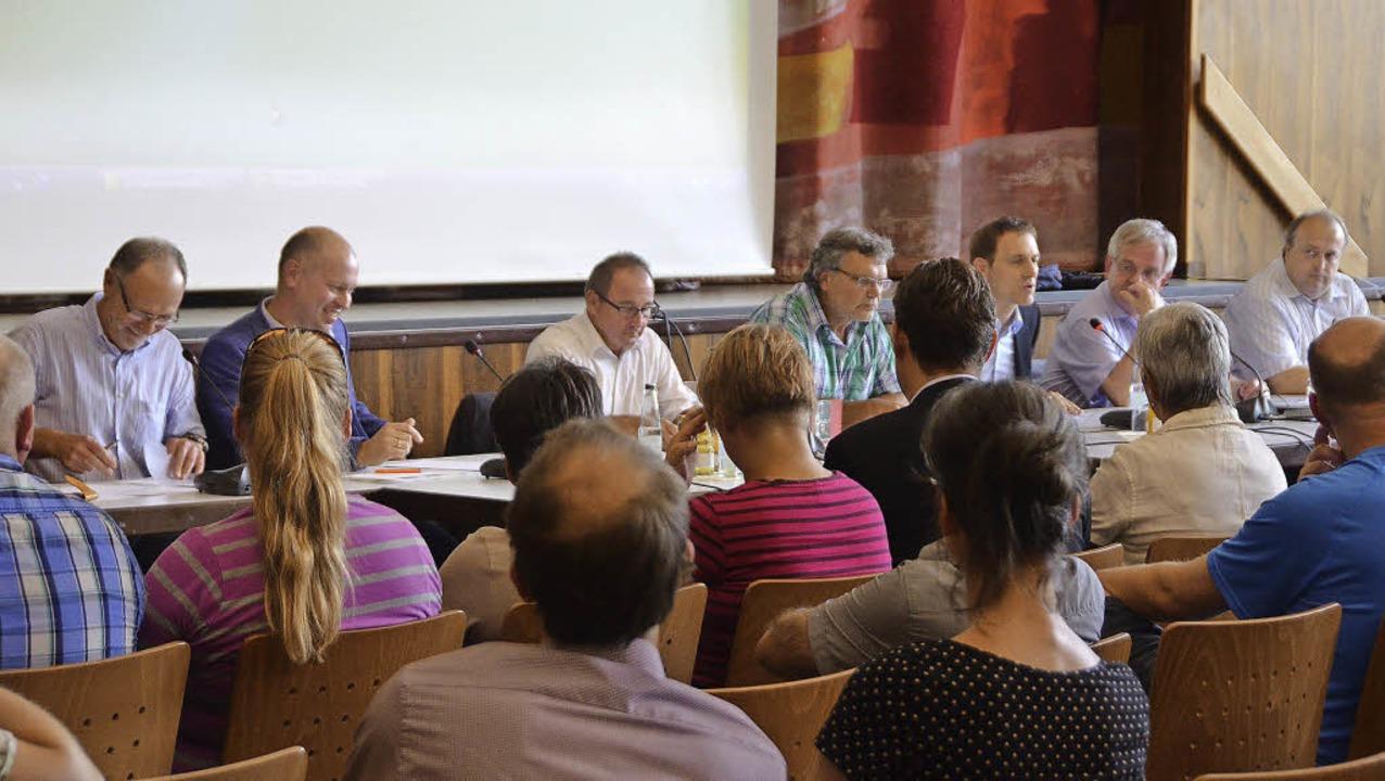 Vor vollem Haus diskutierten (von link...z, Helmut Rüdlin und Carsten Edinger.   | Foto: Ralf H. Dorweiler
