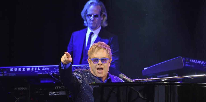 Du, ja, genau Du: Elton John und eine ...chen Gesten beim Auftritt in Lörrach.   | Foto: Barbara Ruda