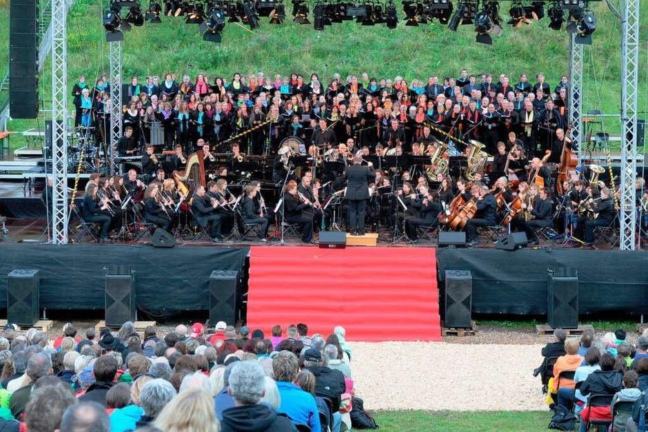 260 Musiker und Sänger aus dem Hochschwarzwald in Aktion vor und später mit Gary Mullen and the Works. (Foto: Philippe Thines)