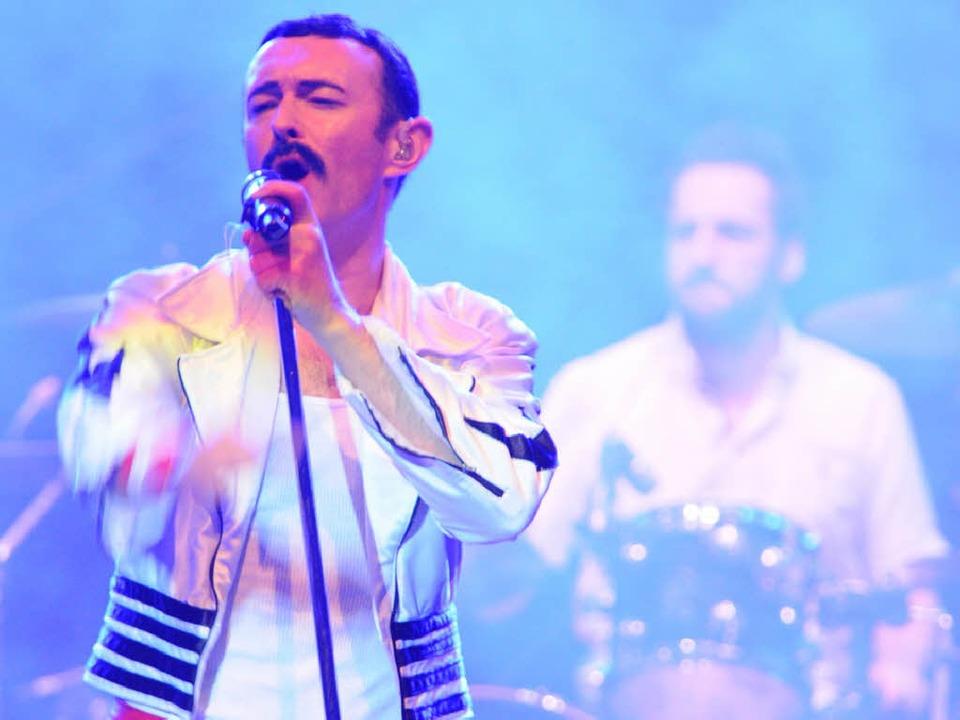 Gary Mullen als Freddie Mercury bot eine mitreißende Bühnenperformance.  | Foto: Philippe Thines