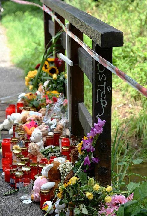 Die Anteilnahme ist groß: Blumen, Kerz...jährige Armani tot aufgefunden wurde.   | Foto: dpa