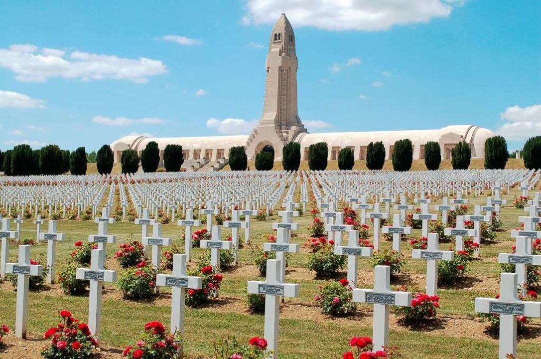 Ein Feld von Kreuzen, Wände voll mit N...dhof von Hautecourt bei Verdun (unten)  | Foto: amp