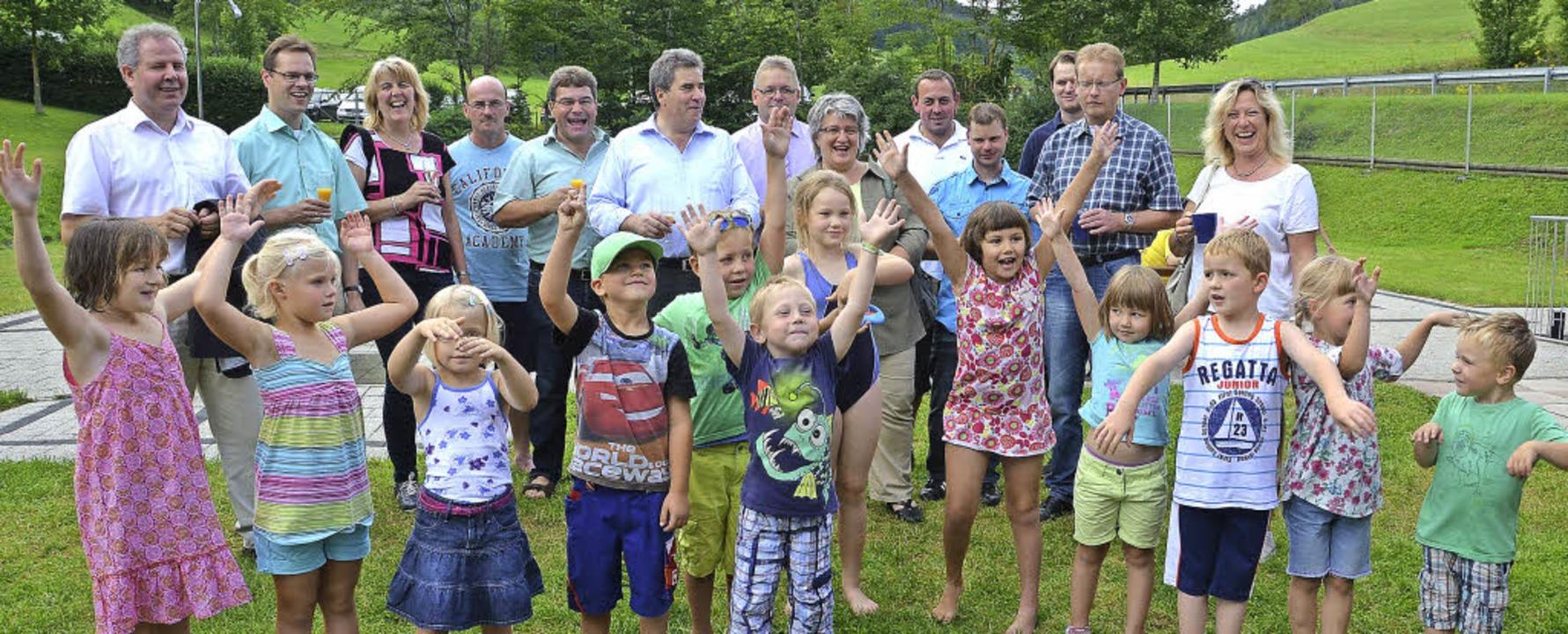 Die Kinder der Spielgruppe begrüßten d...t einem schwungvollen Lied im Freibad.  | Foto: Juliane Kühnemund