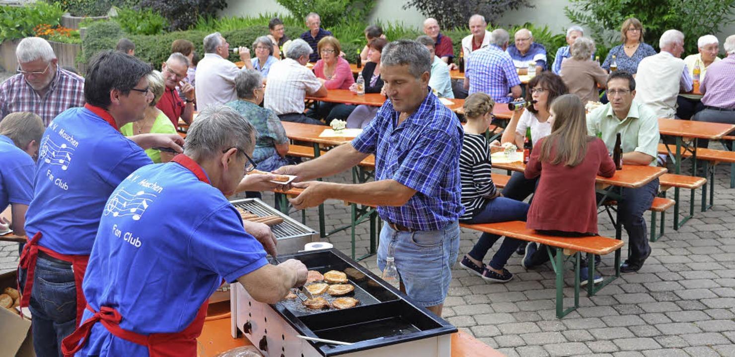 Den Besuch der Bundespolitiker nutzten... dem die Geselligkeit gepflegt wurde.   | Foto: Juliane Kühnemund