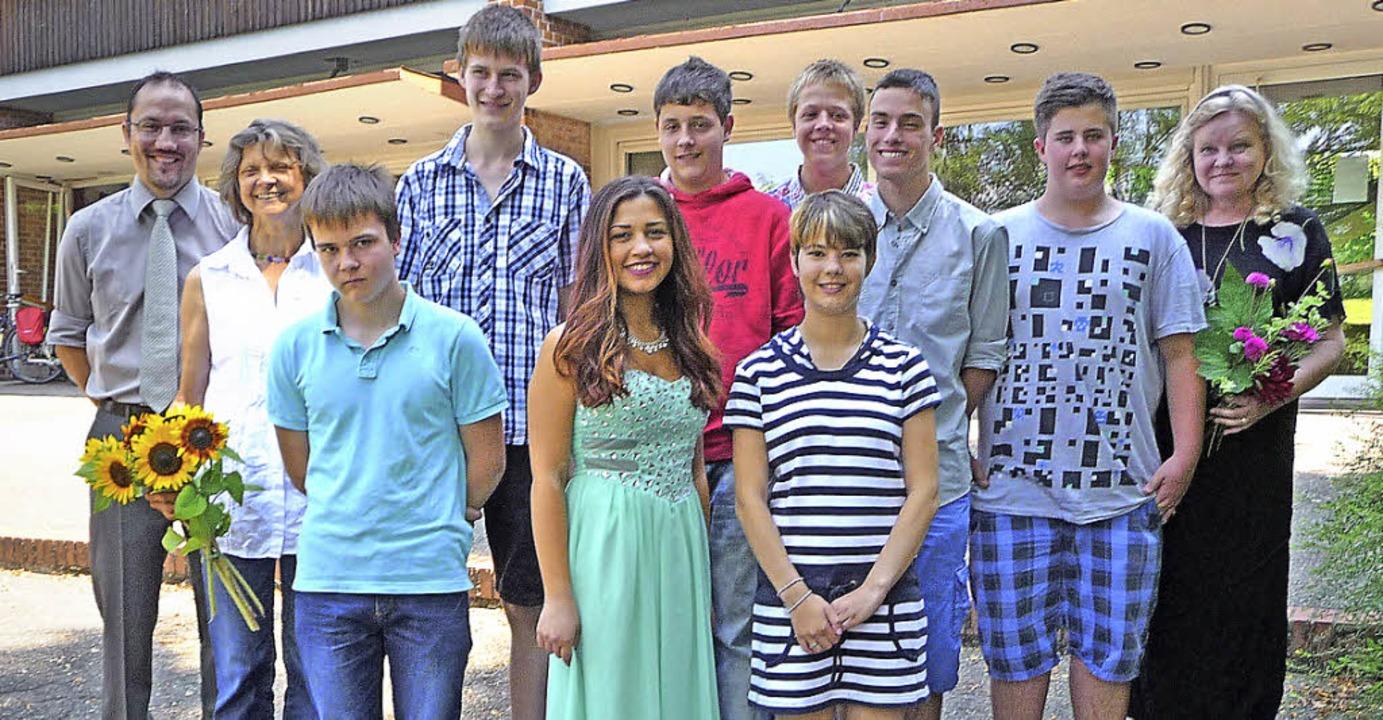 Die Entlassschüler der Lilienhof-Förde...assenlehrerin Apollonia Nagel (links).    Foto: Manfred Burkert