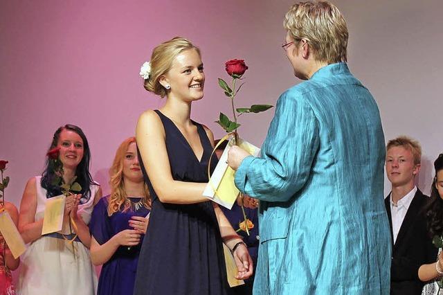 Realschüler holen ihre Rosen ab