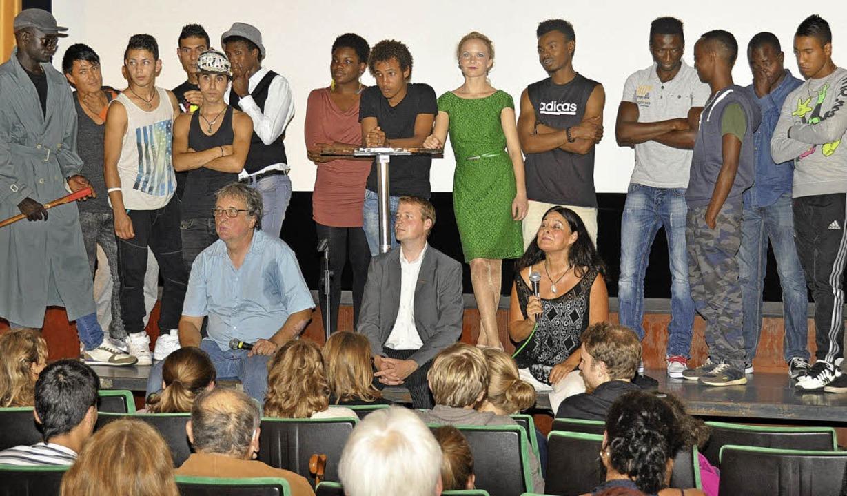 Jugendliche Flüchtlinge, die als Darst...in Breisach den Fragen des Publikums.     Foto: Kai Kricheldorff