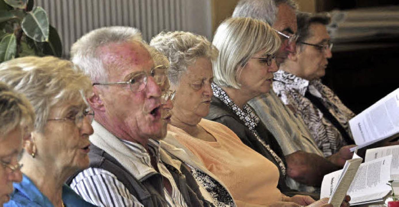 Mit Begeisterung macht das Publikum beim BZ-Volksliedersingen mit.   | Foto: Archivfotos: Dieter Erggelet